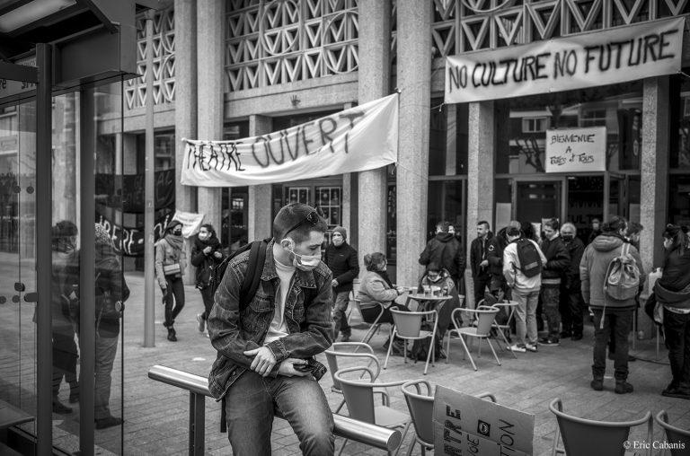manifestants culture en danger occupation de la comédie de clermont-ferrand