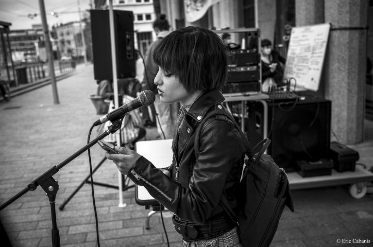 Jeune fille chantant devant l'occupation de la comédie de culture en danger 63