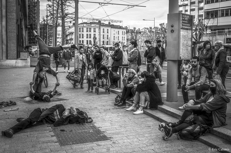 Jeunes personnes devant l'occupation de la comédie de Clermont-ferrand
