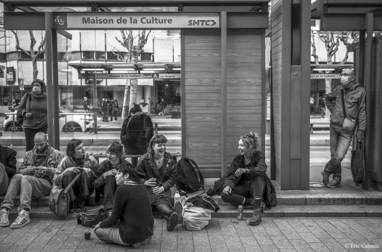 Photo noire et blanche jeunes personnes discutant devant l'occupation de la comédie de Clermont-Ferrand