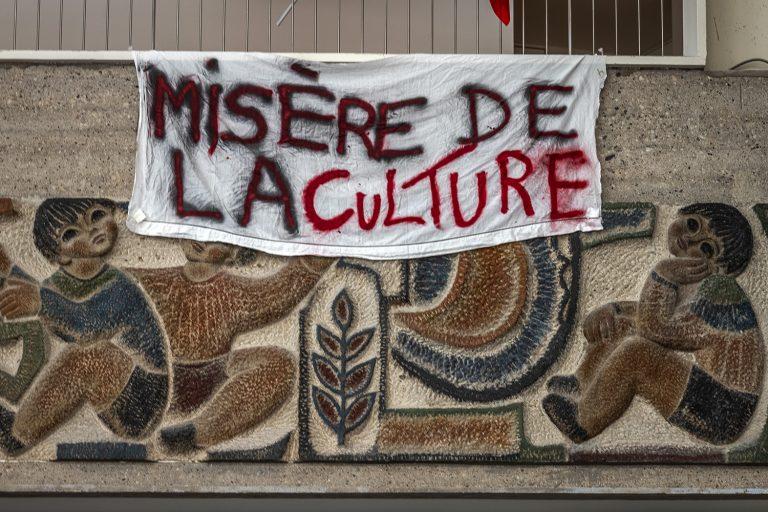 "Banderoles indiquant ""Misère de la culture"""