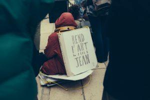 photo d'un manifestant assis culture en danger