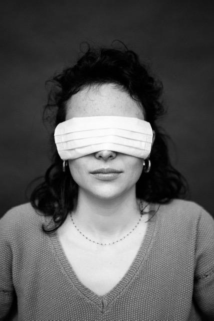 photo noire et blanche personnage yeux bandés par masque chirugical