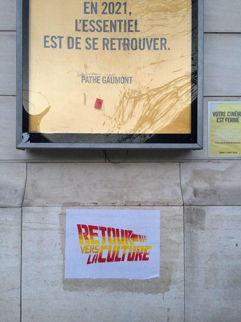 """Collage dans les rue de clermont , parodie du logo de """"retour vers le futur"""": retour vers la culture"""