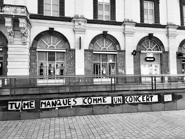 collage dans une rue de clermont :TU ME MANQUES COMME UN CONCERT